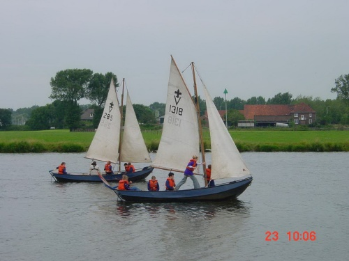 Two vlets sailing on the Maas