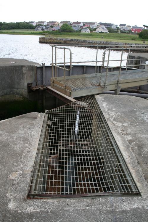 Upper gate hydraulic ram