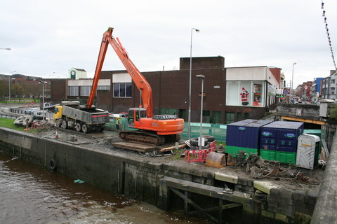 Dredging the sea lock chamber 8