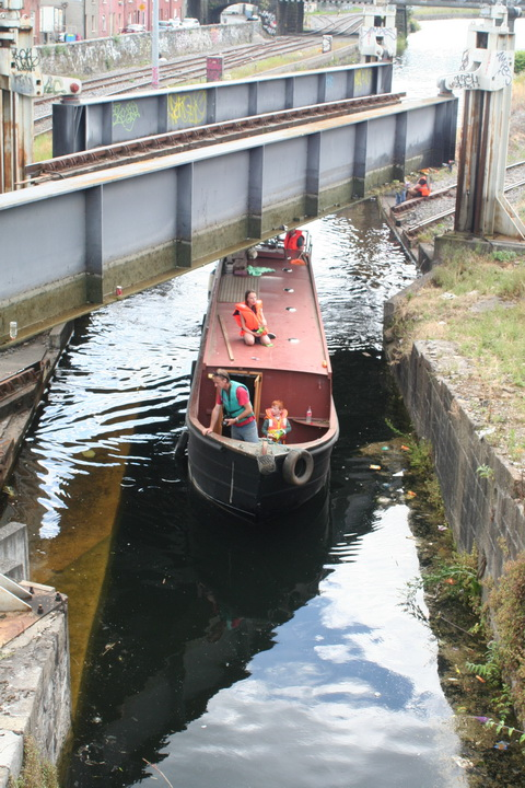 Steel boat goes through 12_resize